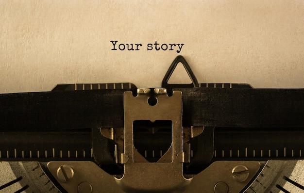 Testo la tua storia digitata su una macchina da scrivere retrò