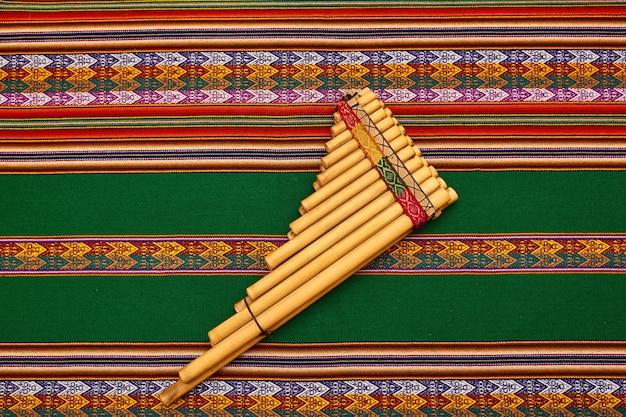 Arte tessile della cultura andina di diversi colori. rosso e verde. colori natalizi.