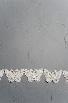 Farfalle tessili su sfondo grigio
