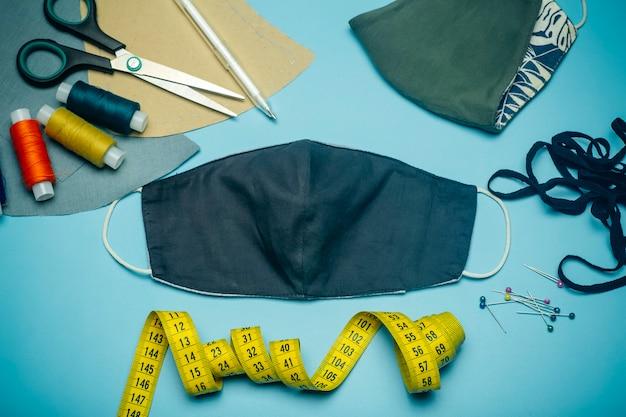 Maschera facciale in tessuto con strumenti di cucito