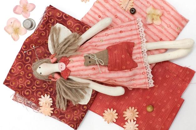Bambola fatta a mano in tessuto e accessori per cucire