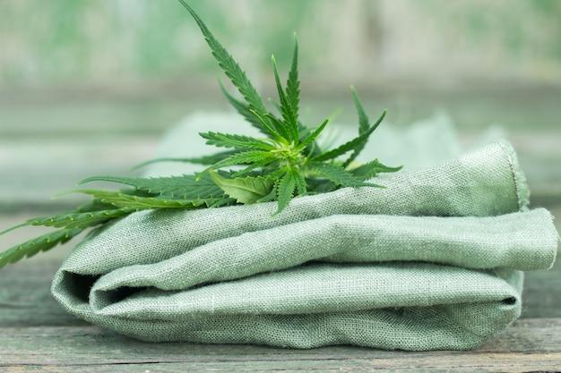 Tessuto realizzato con cannabis e foglie verdi in legno