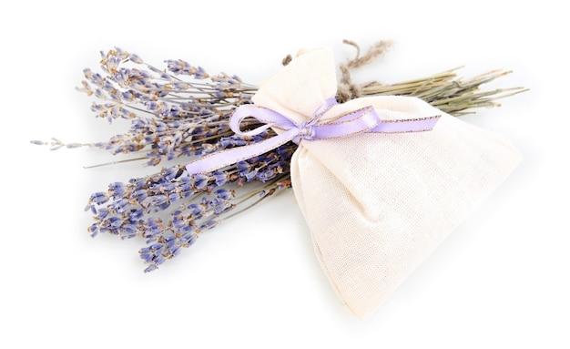 Bustina in tessuto con fiori di lavanda secchi isolati su bianco