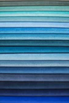 Campioni tessili per tende. campioni di tende blu tono appeso.