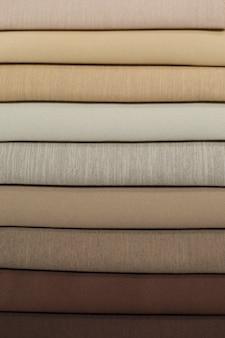 Campioni tessili per tende. dal campione marrone chiaro al marrone scuro i campioni della tenda sono appesi.