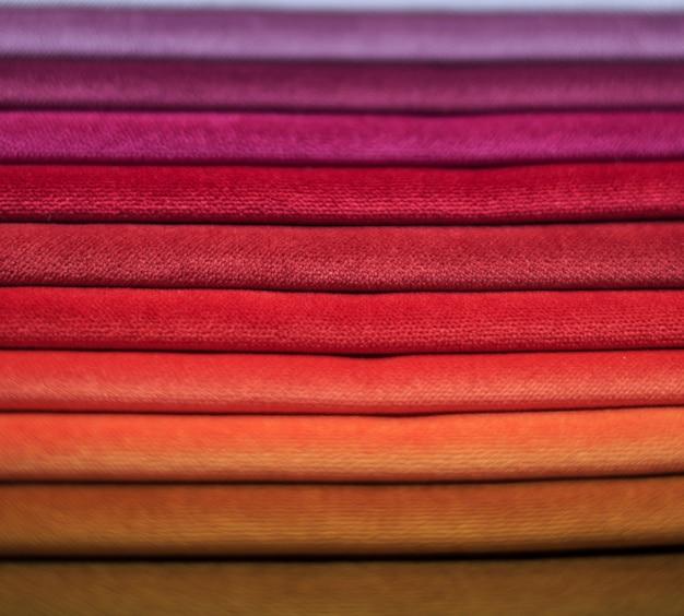 Campioni di tessuto campioni tessili per tende. campioni di tende color borgogna, viola, beige appese.