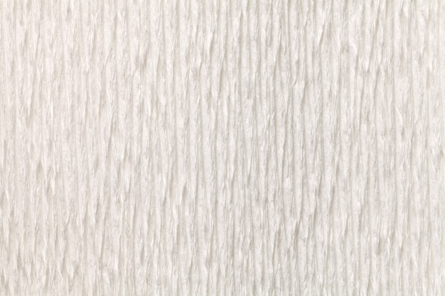Fondo bianco strutturale di carta ondulata ondulata, primo piano.