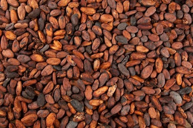 Struttura delle fave di cacao crude aromatiche impilate vista dall'alto.