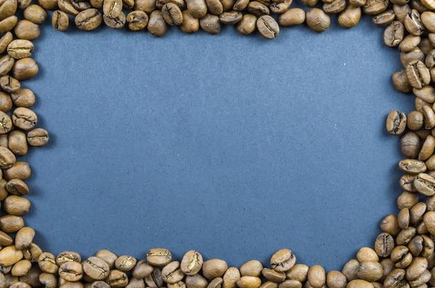 Texture, sfondo di chicchi di caffè interi, crudi.