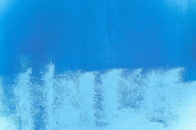 Texture di una parete dipinta casualmente in blu e turchese