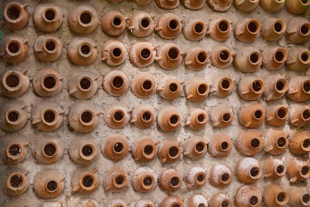 La trama dei vasi di argilla nel muro
