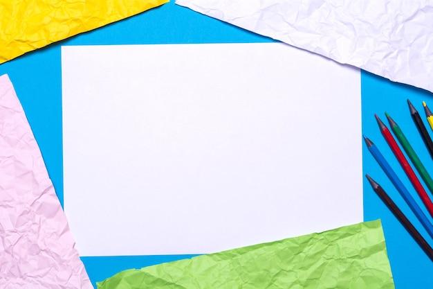 Texture di carta colorata stropicciata, matite e tela per disegnare.