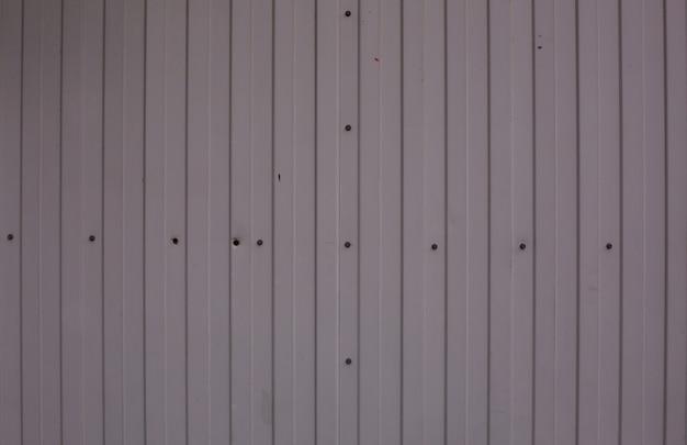Texture di una foglia di metallo grigio con perni. primo piano
