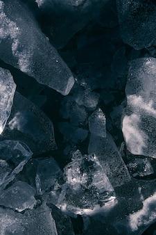 Texture di ghiaccio sul fiume rotto in crepe