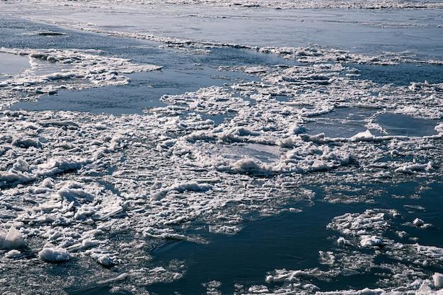 Texture di ghiaccio il fiume si spacca
