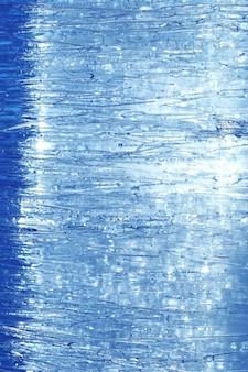 Texture di ghiaccio in inverno. pezzi di acqua ghiacciata su una strada d'inverno. la consistenza e la consistenza dell'acqua ghiacciata in inverno e all'aperto.