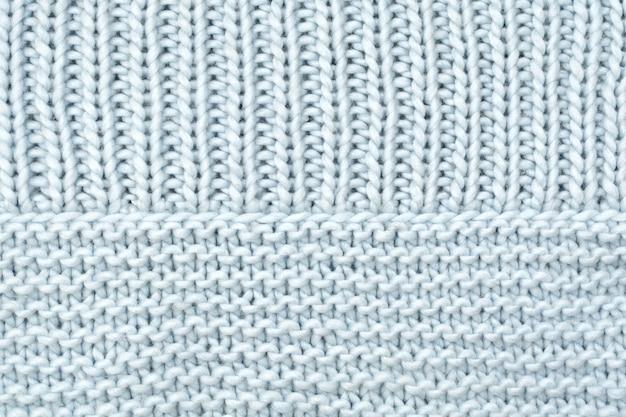 Trama in lana lavorata a maglia dal davanti e passanti a rovescio.