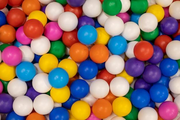 Texture di palline di plastica multicolori per lo sfondo per le stanze dei bambini, campi da gioco, primo piano