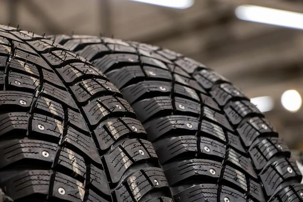 Texture di un nuovo pneumatico invernale per il primo piano dell'auto.