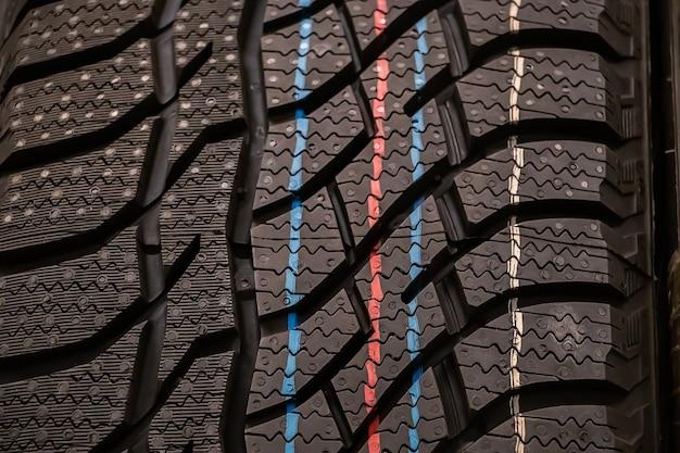 Texture di nuovi pneumatici invernali per auto primo piano.