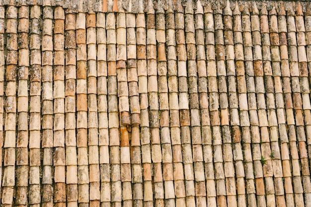 La trama delle vecchie tegole marroni sul tetto dell'edificio