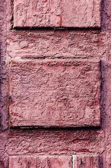 La trama delle vecchie tavole dipinte di rosso.