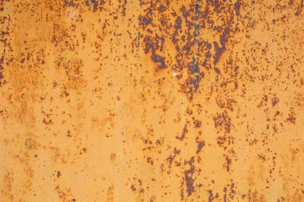 Trama di un vecchio foglio di metallo arrugginito verniciato con vernice bianca bruciata al sole