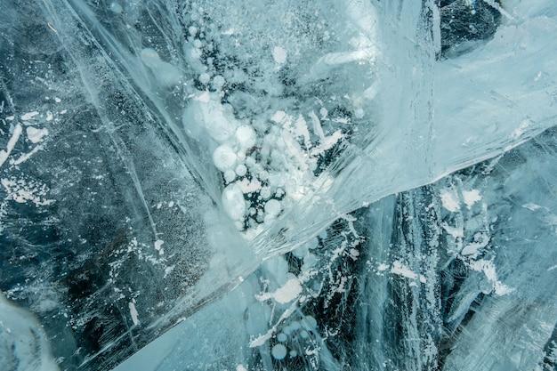 La trama del ghiaccio incrinato congelato blu puro del lago baikal
