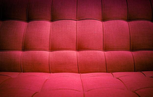 Consistenza del divano in tessuto rosso.