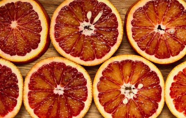 Arancia succosa rossa di struttura affettata in tondi, macro
