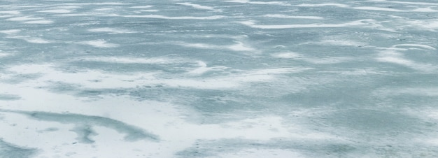 Texture di ghiaccio coperto di neve sul fiume dopo una bufera di neve. sfondo invernale