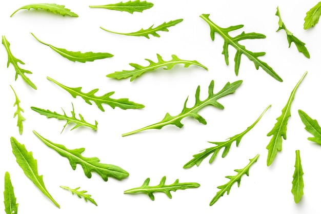 Texture di germogli e foglie di rucola verde, naturale, crudo e appena tagliato (rucola) isolato su priorità bassa bianca.