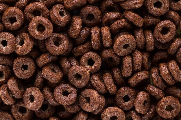Texture e superficie di anelli secchi di cioccolato per la colazione di cereali.