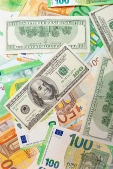 Texture di banconote in dollari americani ed euro