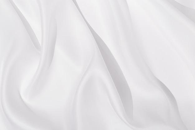 Texture di panno di seta bianca, sfondo tessile, tendaggi e pieghe su tessuto delicato