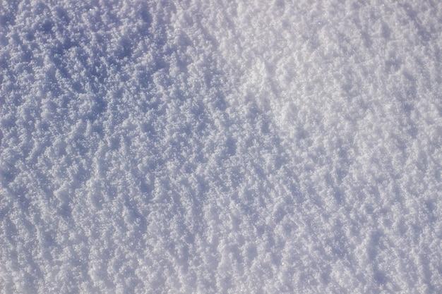 Texture di neve bianca scintillante al sole.