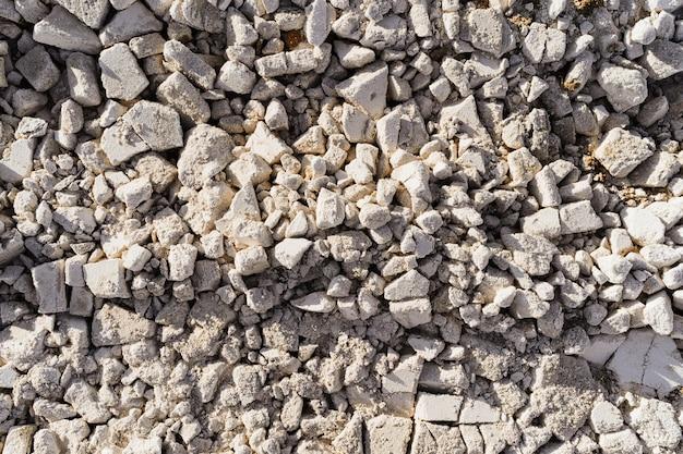 Pietre bianche di struttura ricoperte di brina