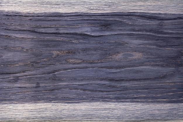 La trama di una tavola di legno dipinta in viola