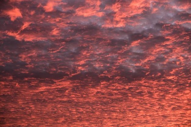 Nuvole drammatiche strutturate sul fondo sanguinante del cielo