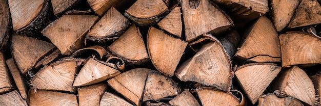 Fondo strutturato della legna da ardere di legno tagliato per accendere e riscaldare la casa una catasta di legna con legna da ardere impilata. la trama dell'albero di betulla. striscione