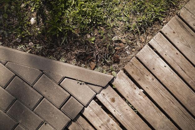 Texture strada in legno strada in cemento ed erba verde