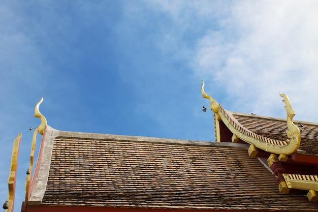 Arte tailandese sul tetto chiesa al tempio tailandese.