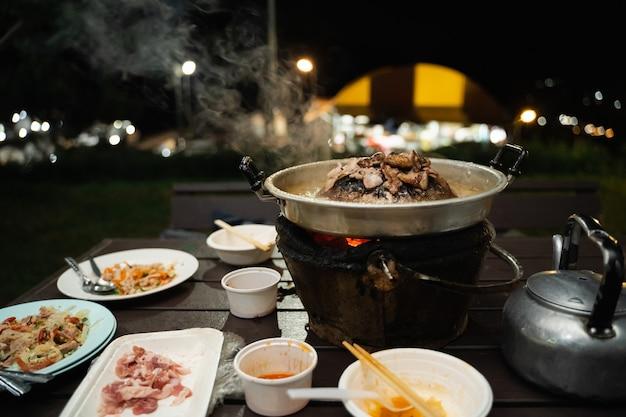 Barbecue tailandese grill maiale su buffet di padelle calde, barbecue in stile tailandese tradizionale moo-gata