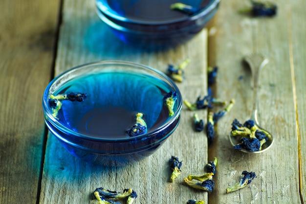 Tè blu tailandese su una superficie di legno