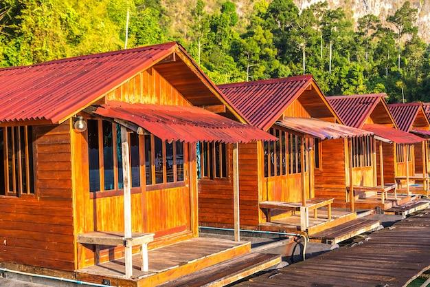 Bungalow tailandesi al lago cheow lan, parco nazionale di khao sok in thailandia