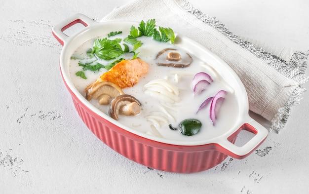 Zuppa di salmone al cocco tailandese con erbe e tagliatelle