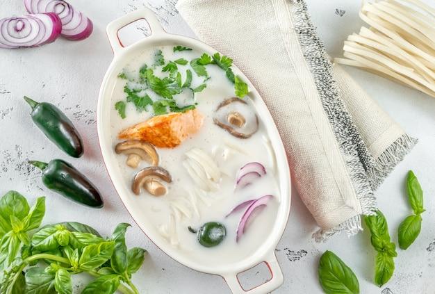 Zuppa di salmone al cocco tailandese con ingredienti piatti laici