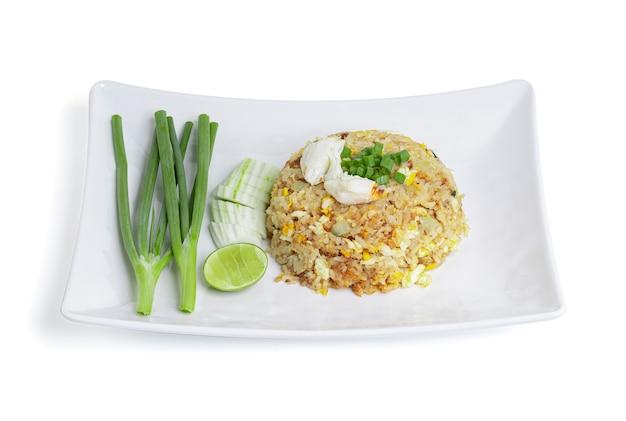 Cucina thailandese, riso fritto con granchio isolato su bianco con tracciato di ritaglio.
