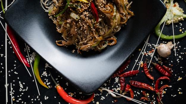 Cucina tailandese. alimentazione sana. dieta alimentare sana. pasta di riso verdure manzo piatto di carne
