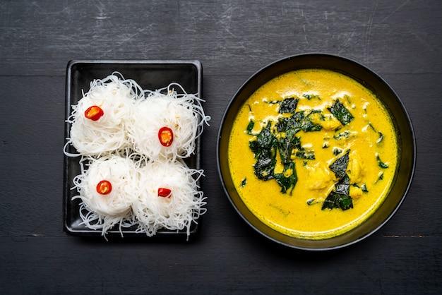 Zuppa di curry tailandese con granchio e latte di cocco